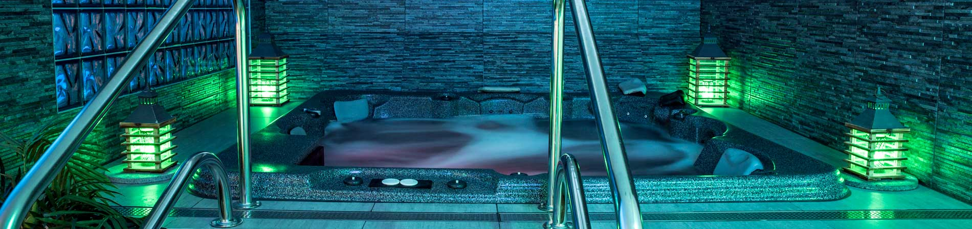 prive wellness sauna spa met jacuzzi en zwembad